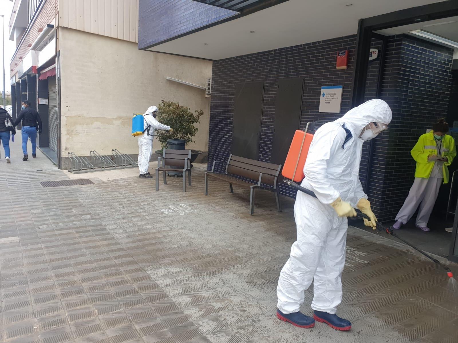 La Brigada Municipal de Roses se suma a les tasques de desinfecció de carrers