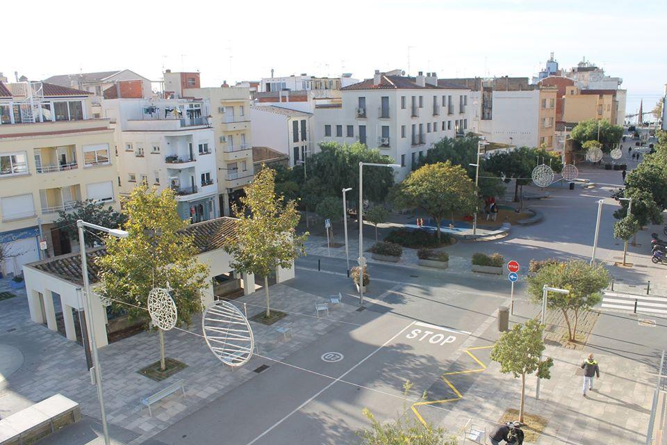 Obertura dels carrers peatonals de Roses per facilitar els desplaçaments necessaris