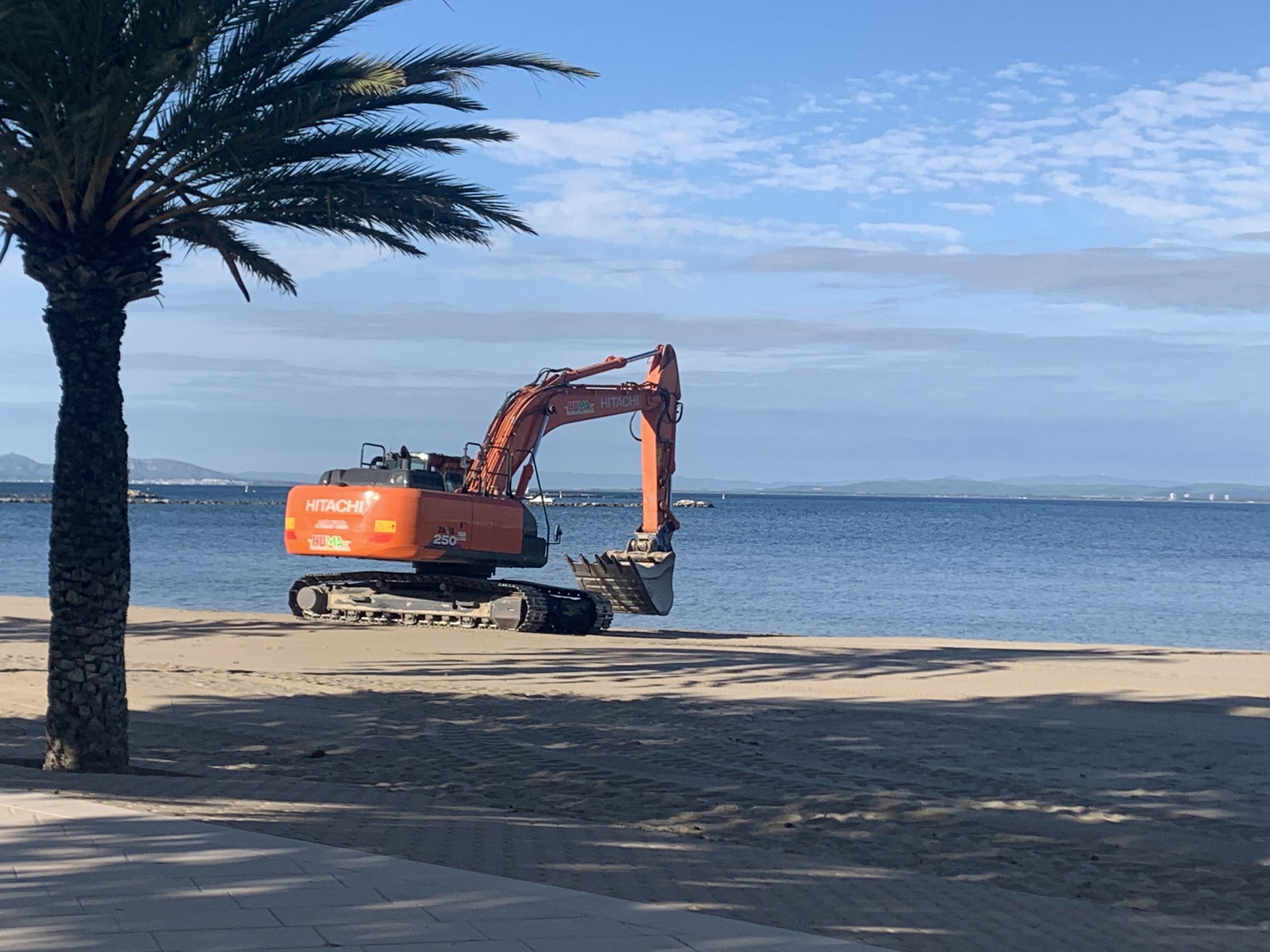 S'inicien els treballs per recuperar l'amplada de sorra a les platges de Roses