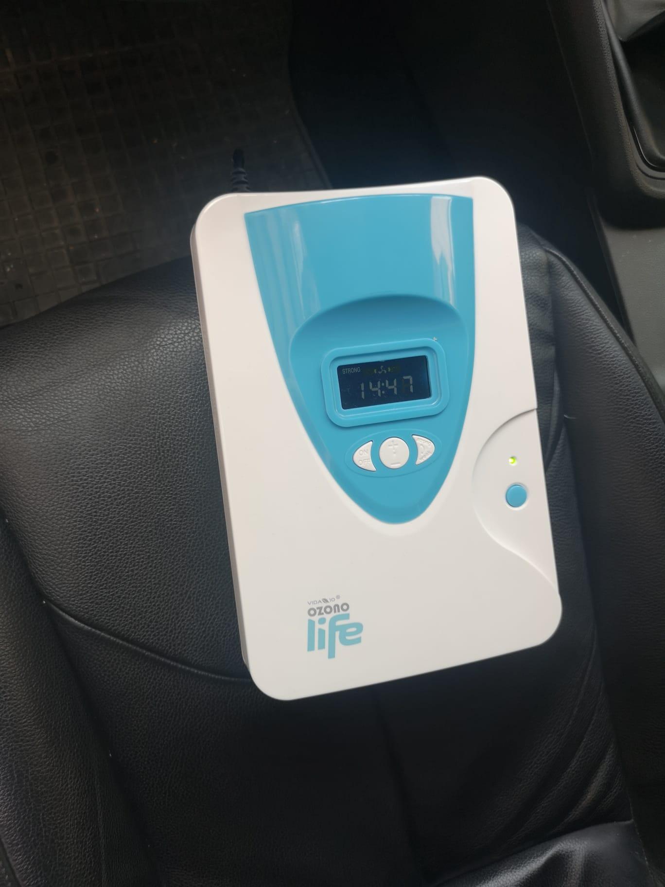 Rosersa instal·la el quadre elèctric per a la connexió d'una màquina d'ozó de desinfecció de taxis