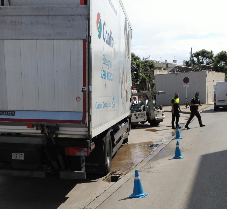 Accidentat un camió del supermercat Condis a Roses