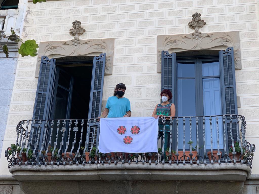 L'Ajuntament fomenta que la ciutadania engalani els balcons amb banderes de Roses