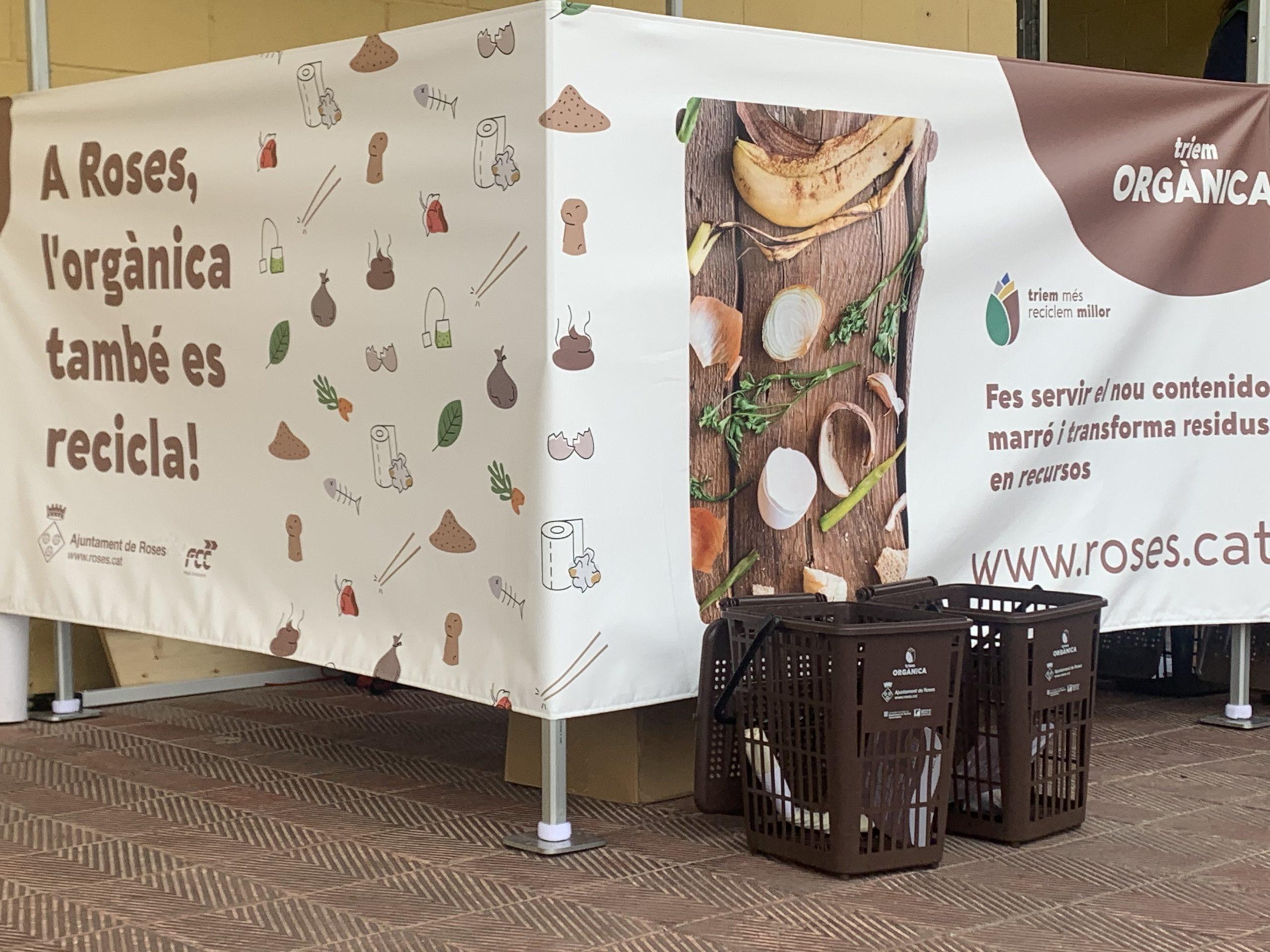 Roses inicia la distribució de kits de reciclatge orgànic i instal·la els nous contenidors marrons