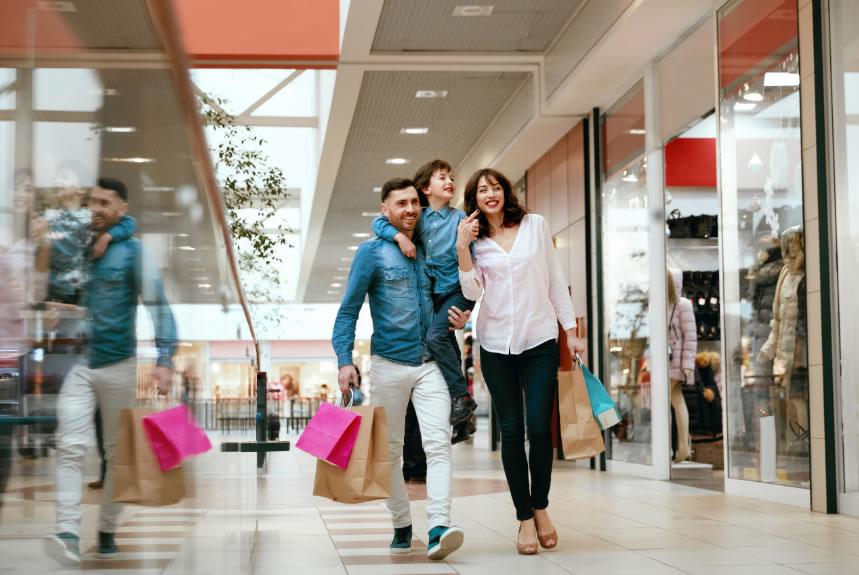 Empresaris i treballadors demanem la reobertura immediata de les botigues dels centres comercials