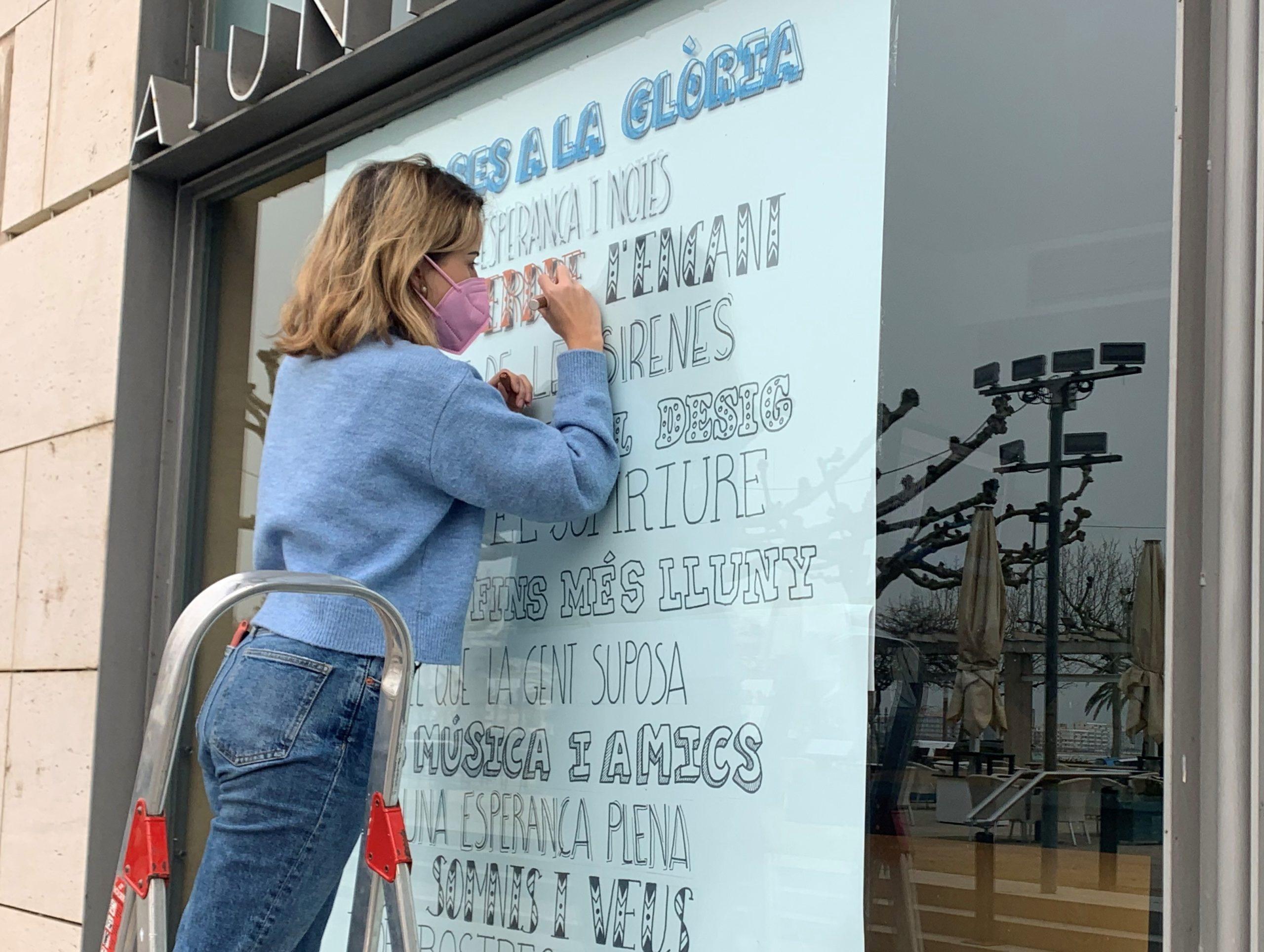 Alumnes del Centre Escolar Empordà retolen poemes als aparadors de Roses