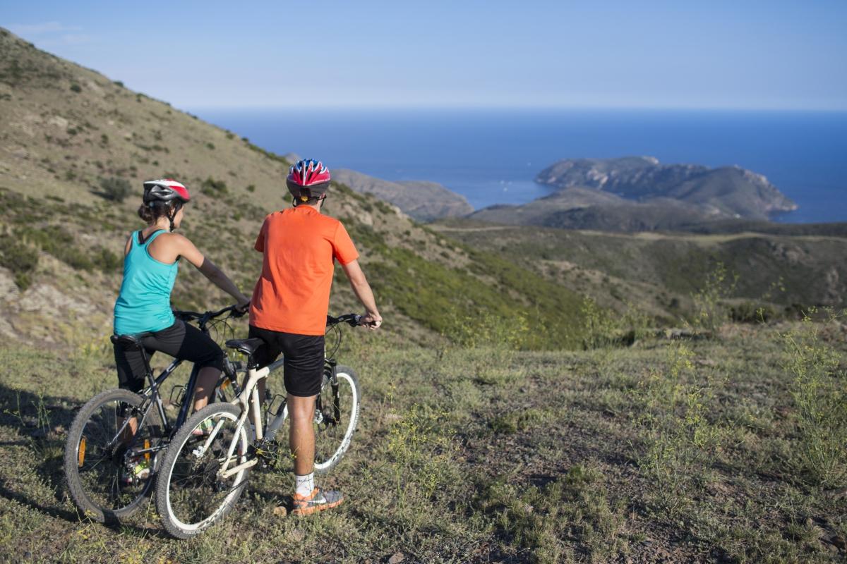 """Nova guia """"Ride Roses"""" per descobrir Roses i el seu entorn practicant ciclisme"""