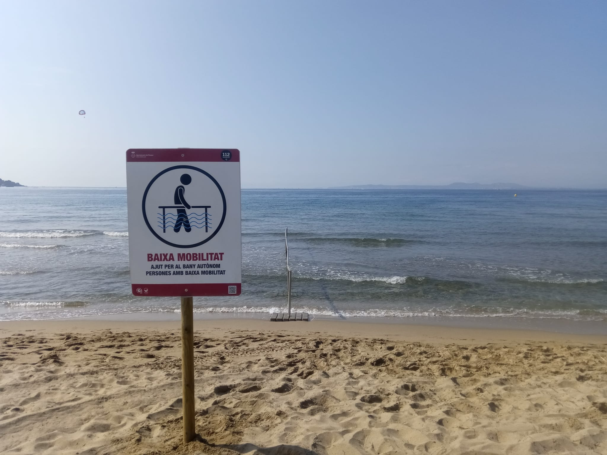 Instal·lada la senyalització, passeres i barana d'accés a les platges de Roses