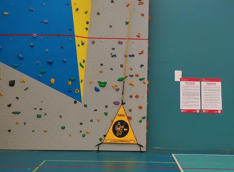 El rocòdrom de Roses incorpora un autodescensor per facilitar la pràctica de l'escalada