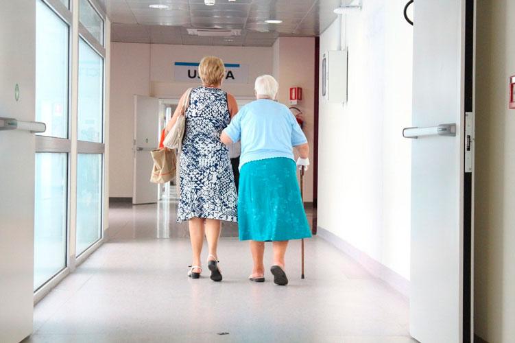 Tornen les visites a les residències amb contacte físic