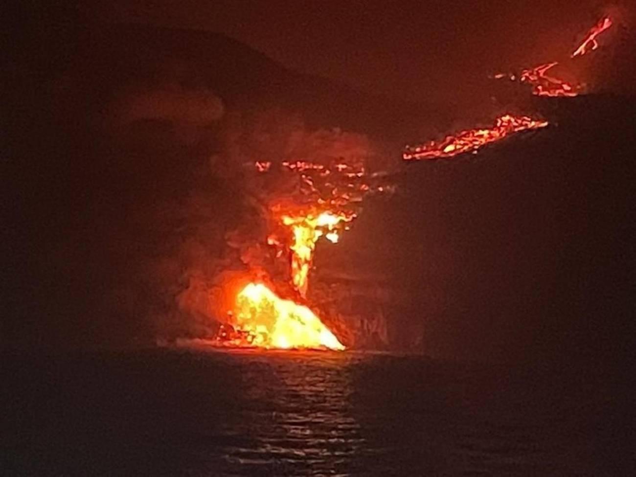 La lava del volcà Cumbre Vieja ha arribat al mar en una zona de penya-segats
